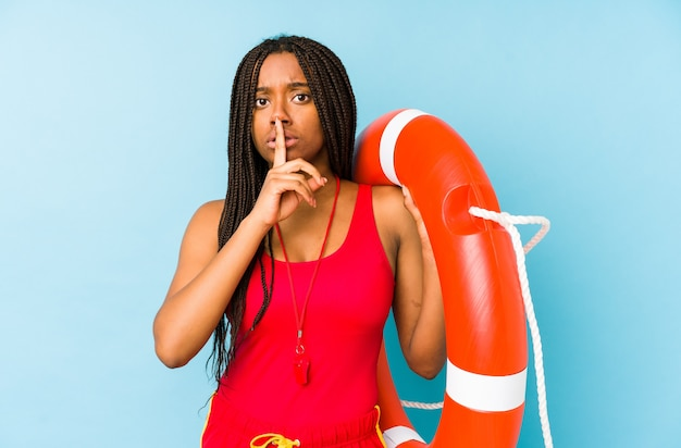 Mulher jovem americano africano salva-vidas isolada, mantendo um segredo ou pedindo silêncio.