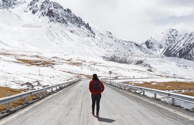 Mulher jovem, andar, ligado, a, karakoram, rodovia