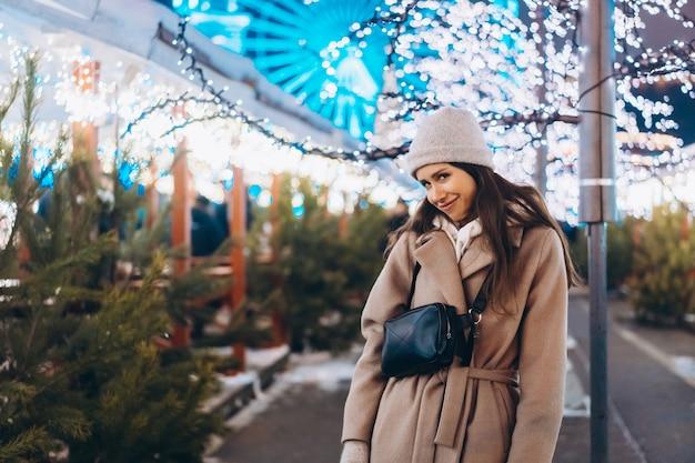 Mulher jovem, andar mercado, com, árvores