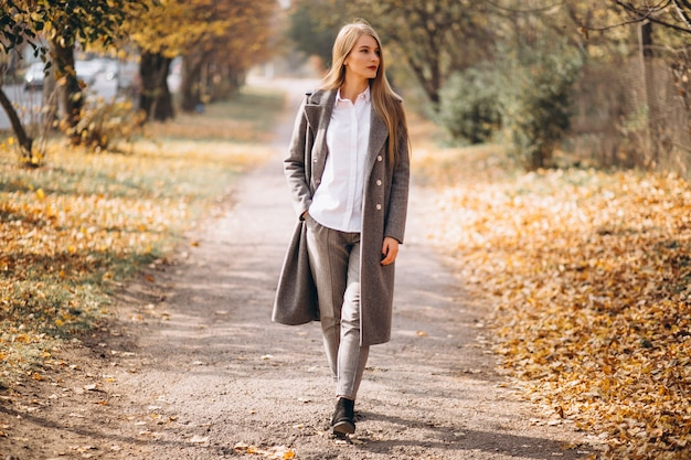 Mulher jovem, andar, parque