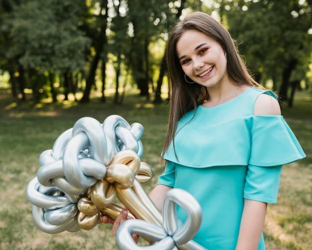 Mulher jovem aniversário com balões
