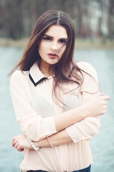 Mulher jovem ao ar livre