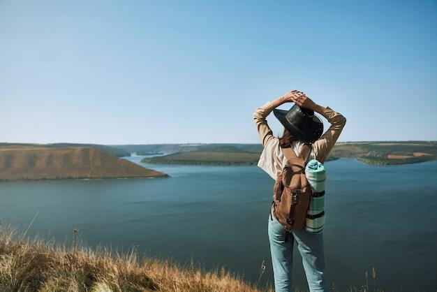 Mulher jovem apreciando a bela vista do rio dniester
