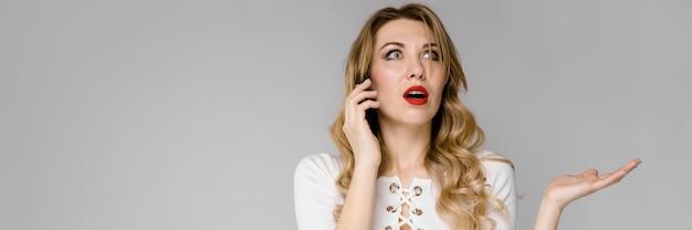 Mulher jovem, apresentando, telefone