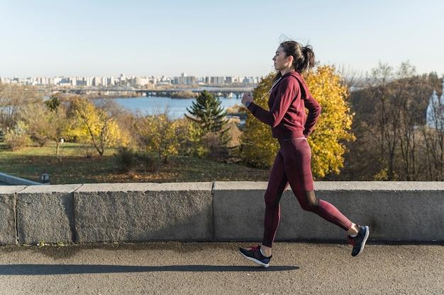 Mulher jovem apta correr ao ar livre