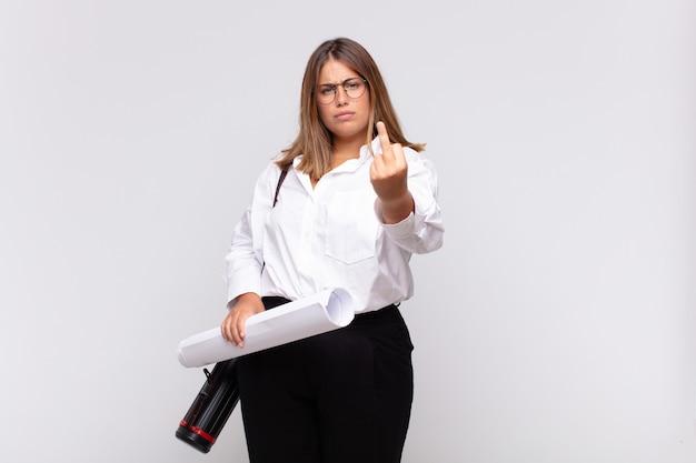 Mulher jovem arquiteta se sentindo irritada, irritada, rebelde e agressiva, sacudindo o dedo médio, lutando