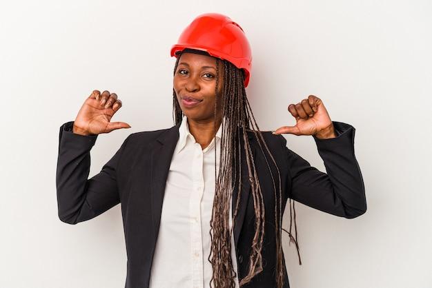 Mulher jovem arquiteto americano africano isolada no fundo branco sente-se orgulhosa e autoconfiante, exemplo a seguir.