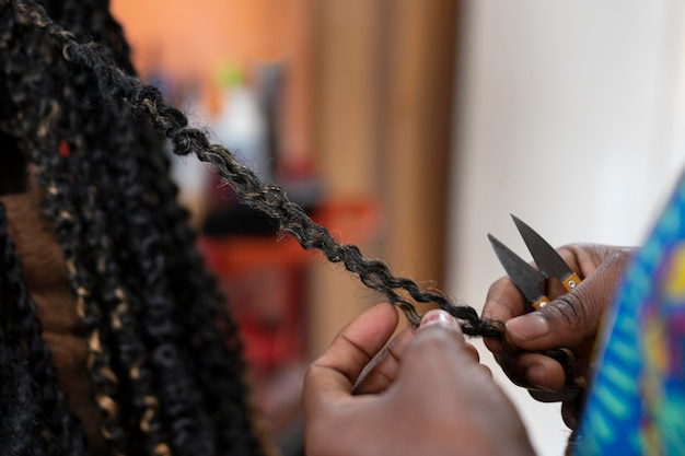 Mulher jovem arrumando o cabelo no salão de beleza