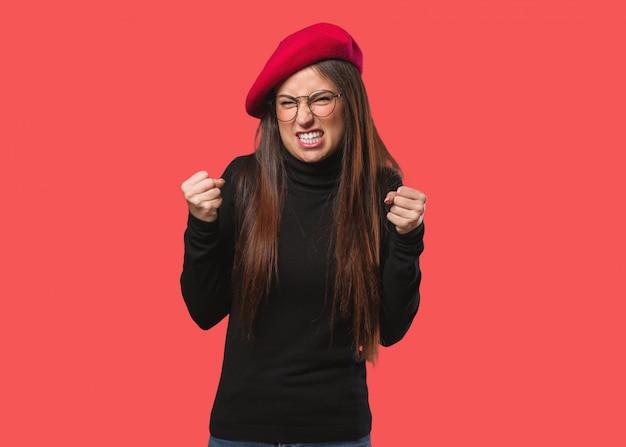 Mulher jovem artista gritando muito irritado e agressivo