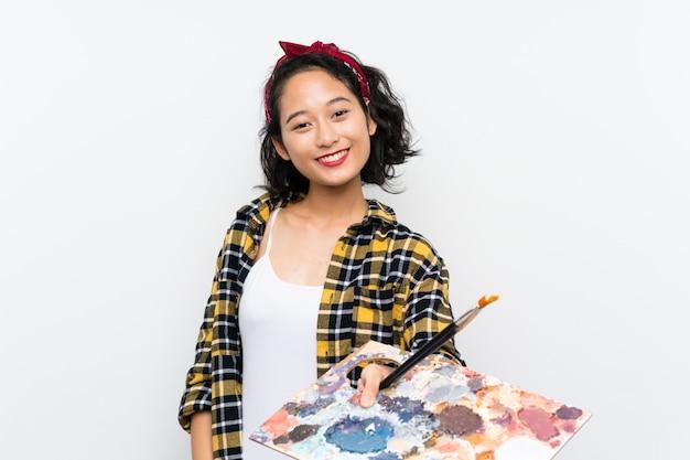Mulher jovem artista segurando uma paleta
