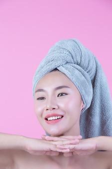 Mulher jovem, ásia, com, limpo, pele fresca, toque, próprio, rosto
