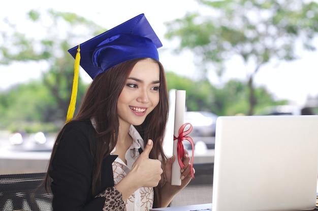 Mulher jovem asiática bonita com conceito de educação de curso de treinamento on-line