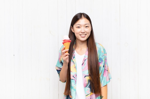 Mulher jovem asiática com um sorvete. conceito de verão