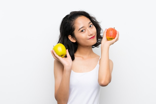 Mulher jovem asiática com uma maçã