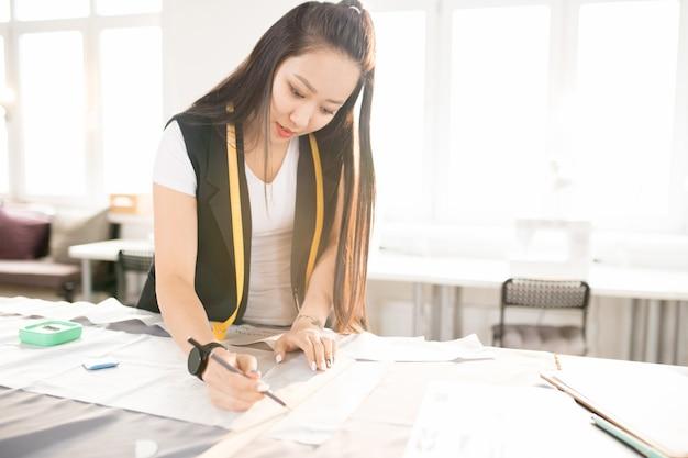 Mulher jovem asiática fazendo padrões