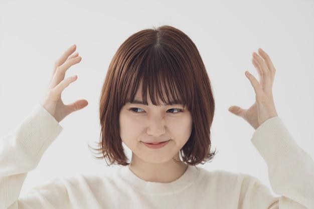 Mulher jovem asiática sendo zangado