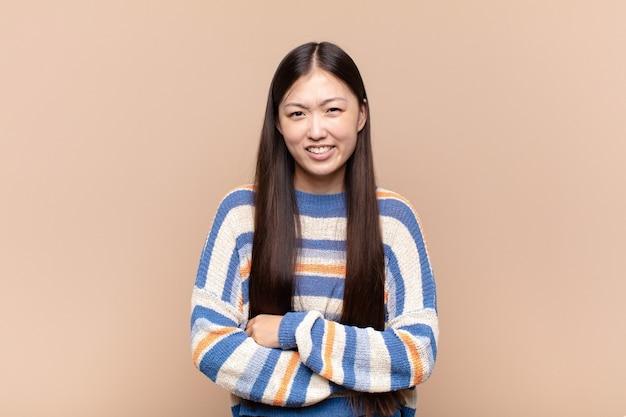 Mulher jovem asiática sentindo-se ansiosa, doente, doente e infeliz, com dor de estômago ou gripe