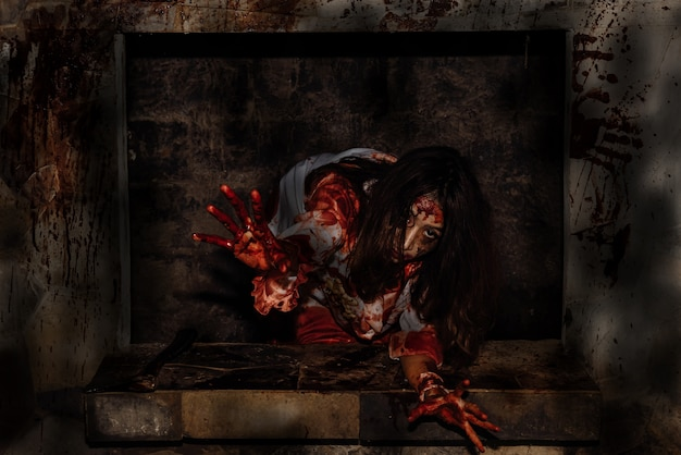 Mulher jovem asiática vestir assassino vestido para o halloween