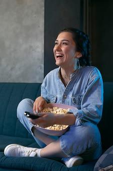 Mulher jovem assistindo netflix em casa