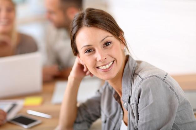 Mulher jovem, atendendo, treinamento negócio, classe