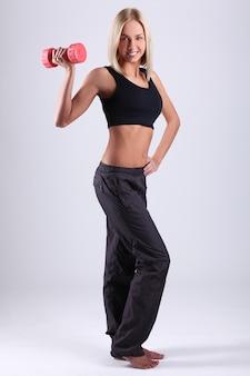 Mulher jovem atleta com halteres