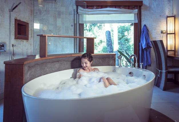 Mulher jovem, banhar-se, em, banheiro