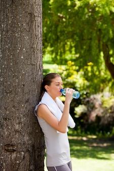 Mulher jovem, bebendo, água