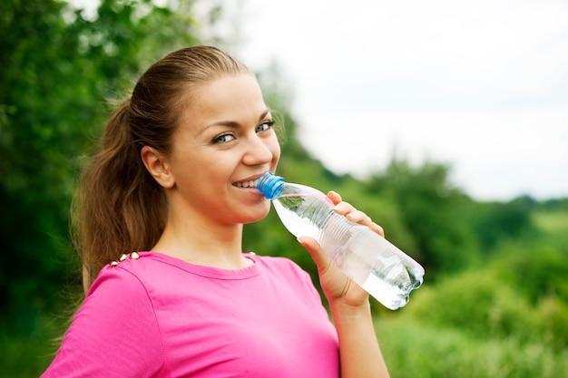 Mulher jovem bebendo água