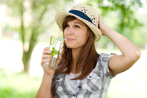 Mulher jovem bebendo mojito