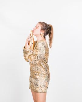 Mulher jovem, beijando, garrafa champanhe