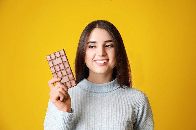 Mulher jovem bonita com saboroso chocolate