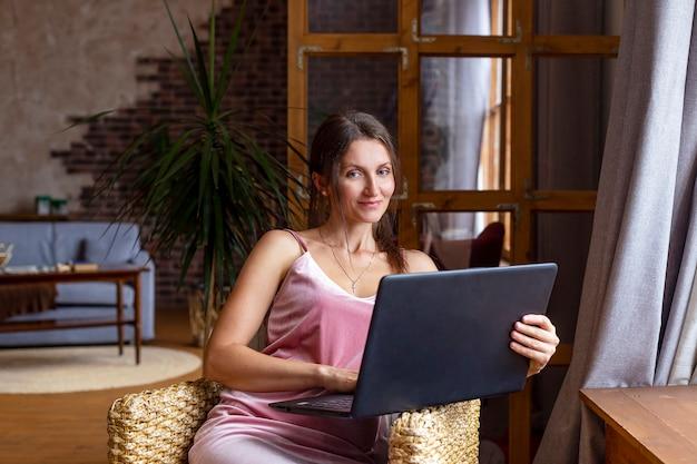 Mulher jovem bonita de negócios ou estudante trabalhando em casa usando o laptop. educação ou conceito freelancer
