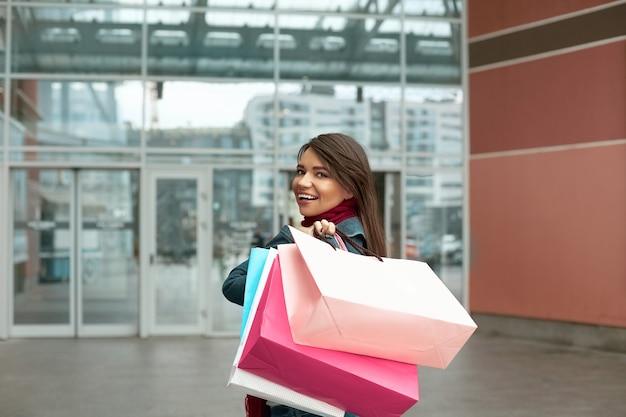 Mulher jovem bonita e elegante com sacolas de compras