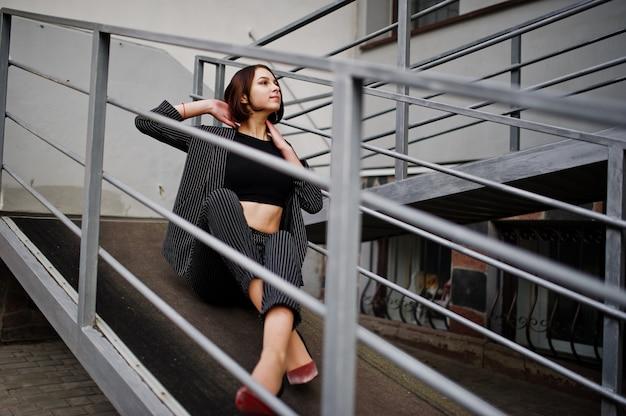 Mulher jovem bonita e elegante modelo na rampa de alumínio
