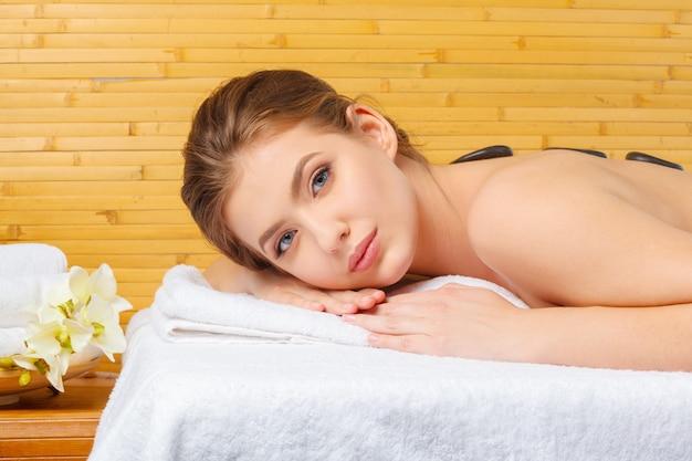 Mulher jovem, bonita e saudável em salão de spa.