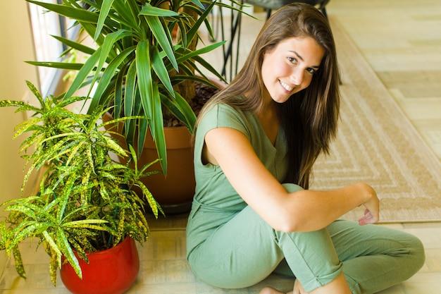 Mulher jovem bonita em casa