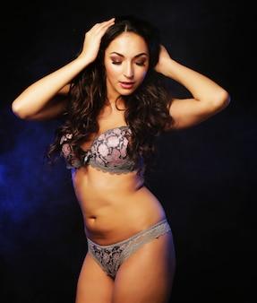 Mulher jovem bonita em lingerie sexy, amor e paixão