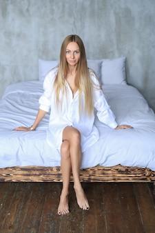 Mulher jovem bonita na cama