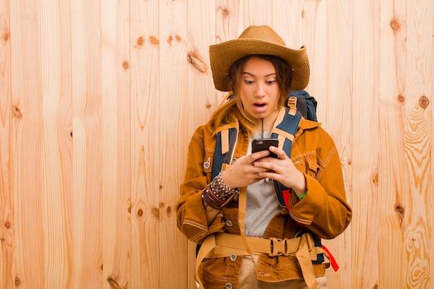 Mulher jovem bonita viajante com um telefone móvel