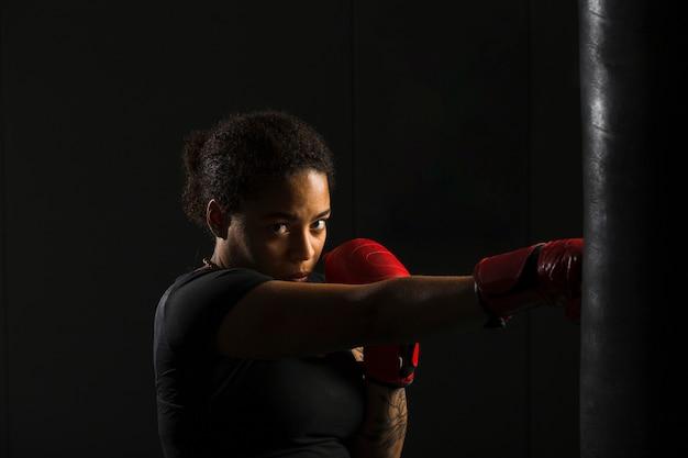 Mulher jovem, boxe, em, a, ginásio