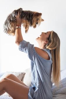 Mulher jovem brincando com cachorro