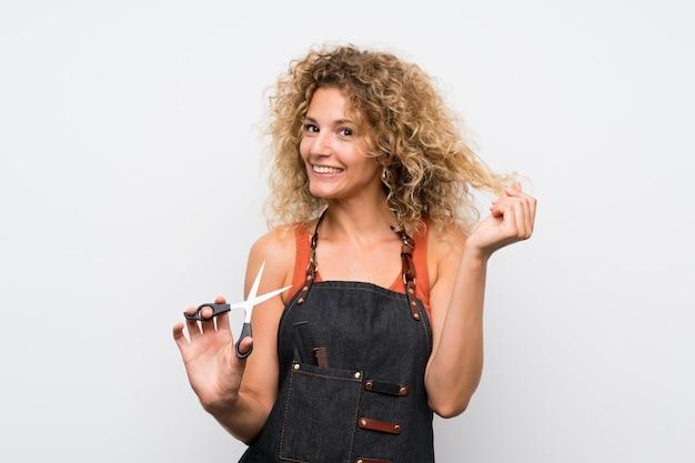 Mulher jovem cabeleireiro sobre parede