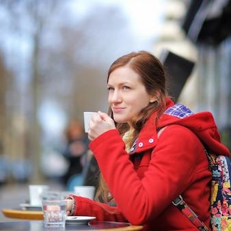 Mulher jovem, café bebendo, em, um, parisiense, rua, café