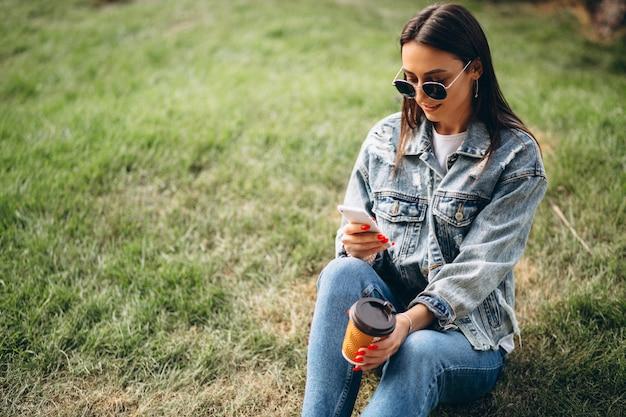 Mulher jovem, café bebendo, parque