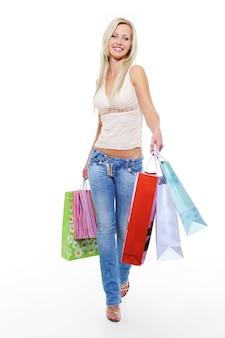 Mulher jovem caminhando depois de fazer compras