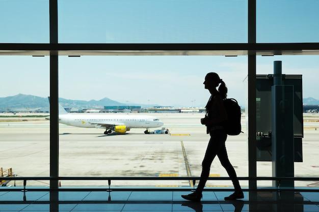 Mulher jovem caminhando no aeroporto