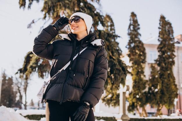 Mulher jovem caminhando no inverno