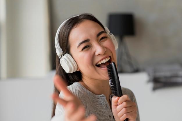 Mulher jovem, cantando