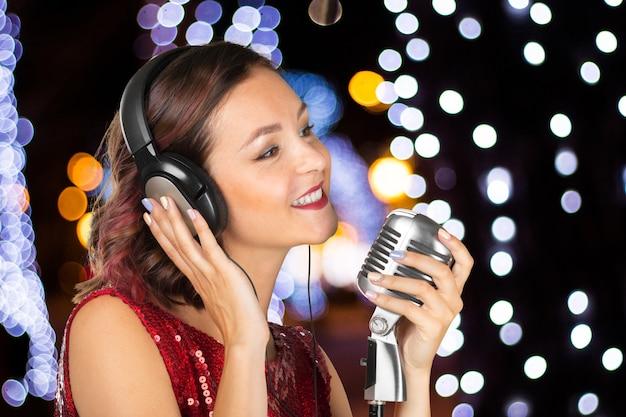 Mulher jovem, cantor