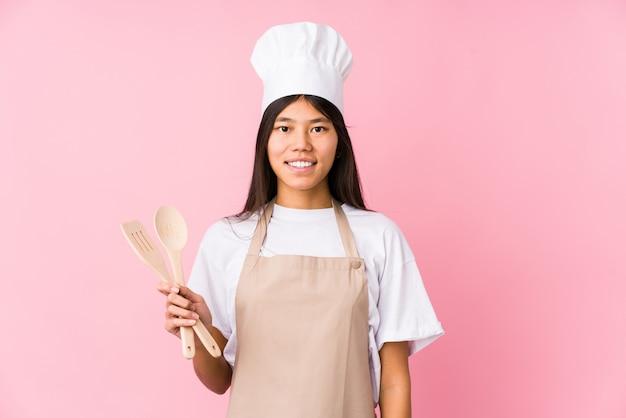 Mulher jovem chef chinês feliz, sorridente e alegre.